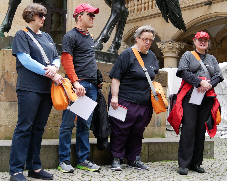 Die Gästeführer Andrea, Philipp, Erika und Marion im Innenhof des Alten Schlosses in Stuttgart. Foto: Uwe Roth