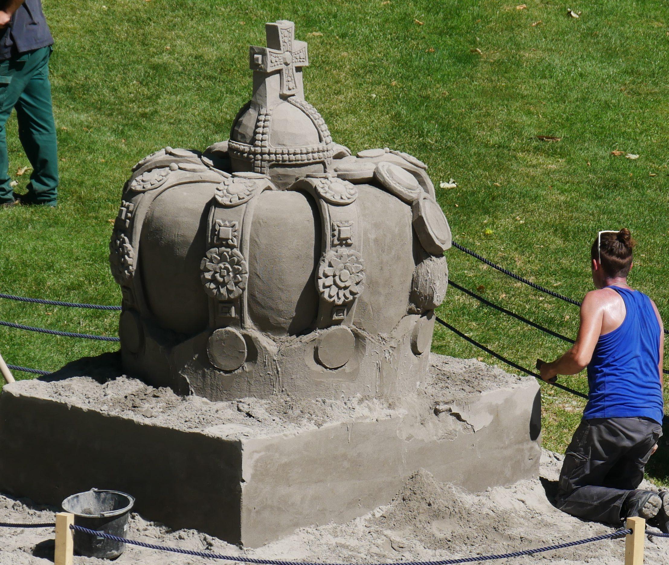 Hochkonzentriert arbeitet im Nordgarten des Blühenden Barocks Ludwigsburg ein Sandkünstler an seiner Skulptur. Foto: Uwe Roth