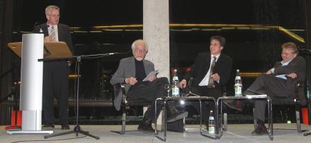 Uwe Roth moderiert Podiumsgespräch mit Erhard Eppler und Daniel Cohn-Bendit. Links Winfried Kretschmann, damals Fraktionsvorsitzender der Grünen im Landtag von Baden-Württemberg.