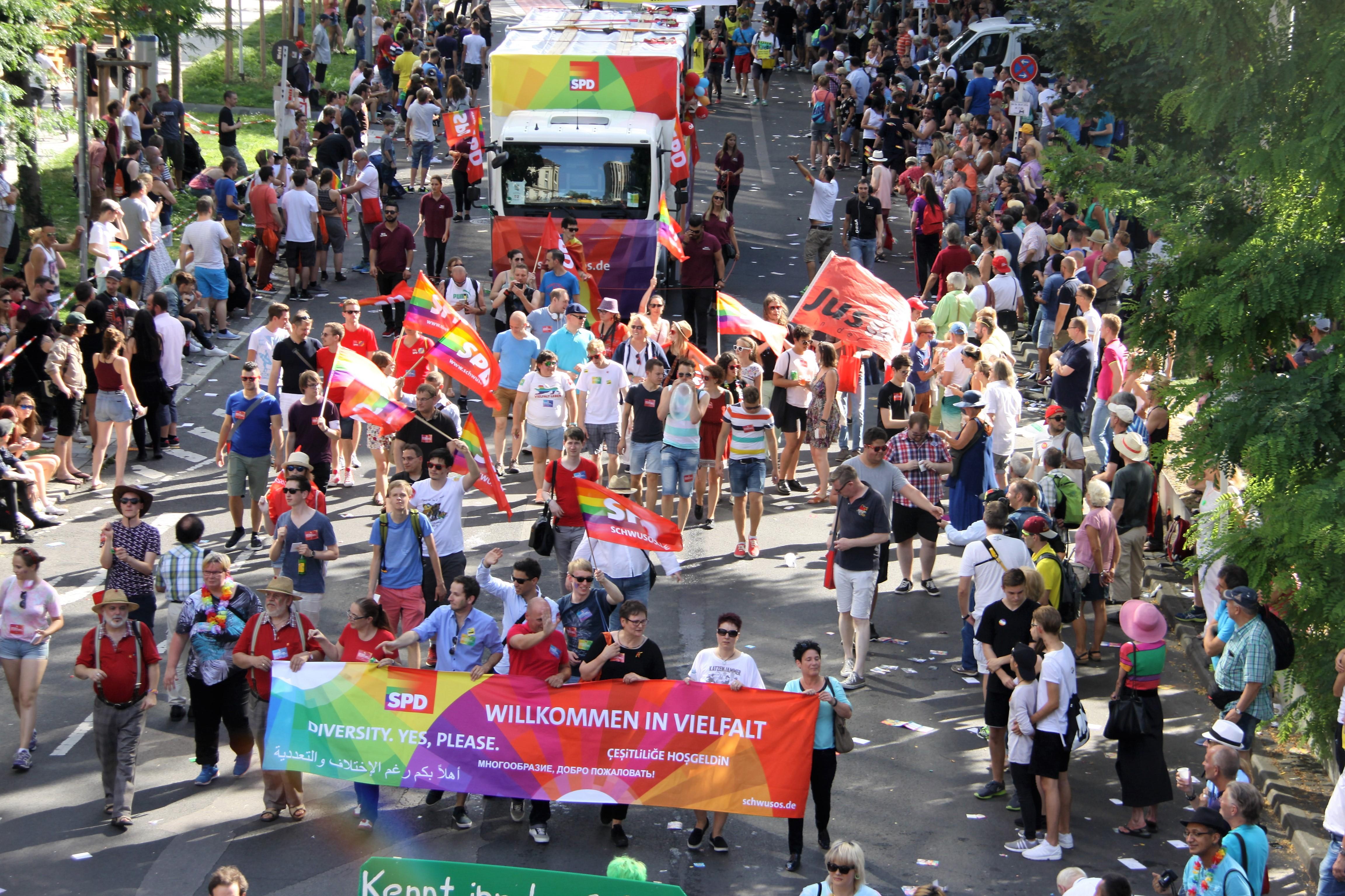 4500 Teilnehmer bei der Parade zum Christopher-Street-Day 2016 in Stuttgart. Darunter die SPD Baden-Württemberg. Foto: Uwe Roth