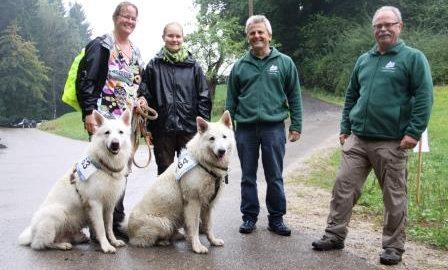 Die ersten Kurzwanderer sind im Ziel: Dagmar und Melanie Schatzmann mit ihren Hunden Dark und Gismo. Begrüßt werden sie an der Hagmühle von den Naturparkführern Walter Hieber und Manfred Krautter. Bilder: Roth
