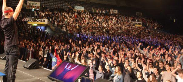 Motivationstrainer Christian Bischoff in der Schleyerhalle mit 5000 Schülern aus dem Rems-Murr-Kreis. Fotos: Uwe Roth