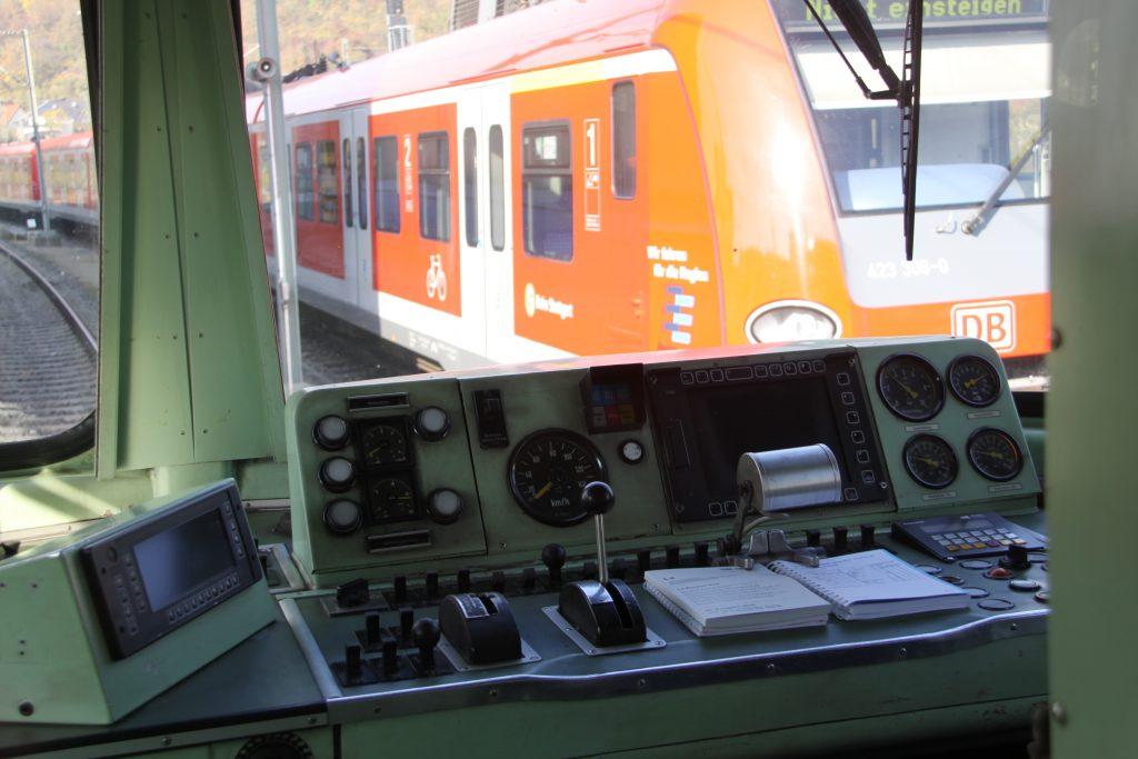 Führerstand der alten S-Bahn-Modellreihe 420. Davor die neue Baureihe 430. Foto: Uwe Roth