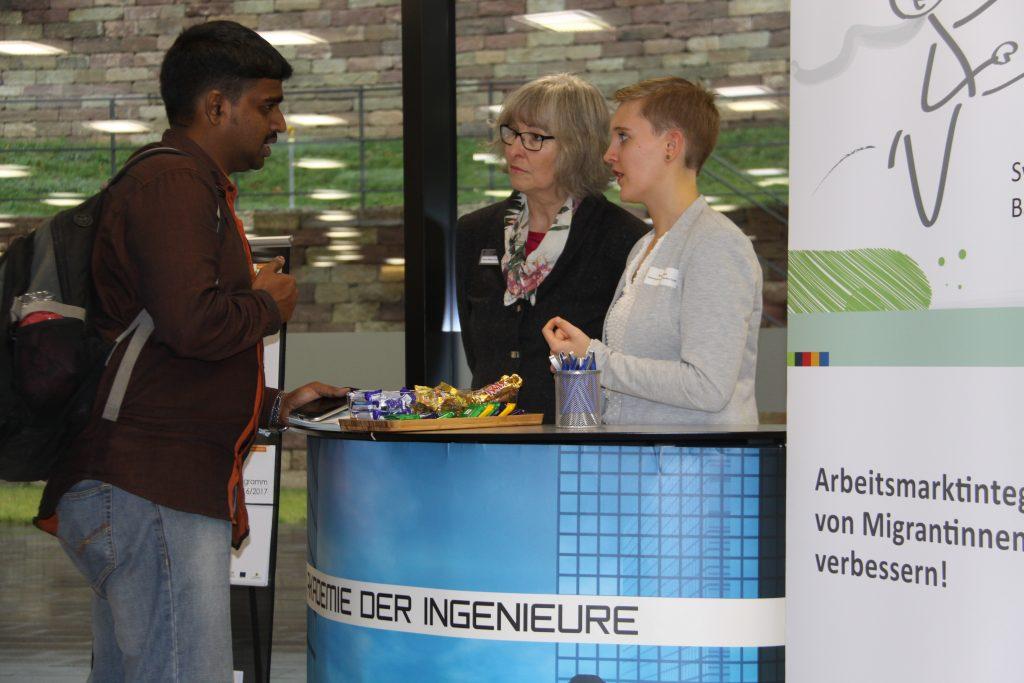 Beratungsgespräch während der Jobbörse für ausländische Kräfte im IHK-Haus Stuttgart. Foto: Uwe Roth