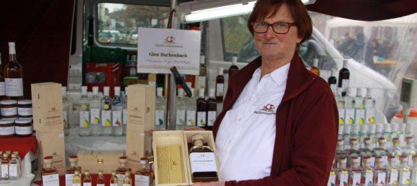 Waldhornbrennerei-Chefin Gerlinde Klotz mit ihrem Whisky Glen Buchenbach. Foto: Uwe Roth