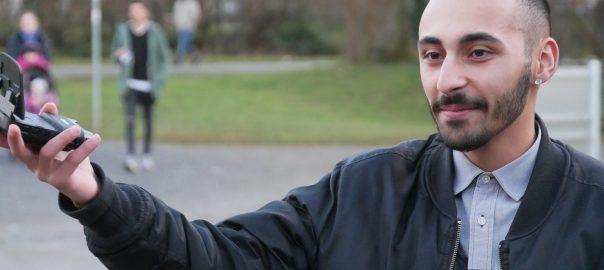 Der YouTuber Onur Karakoc aus Urbach Rems-Murr-Kreis) mit seiner Vlog-Kamera. Foto: Uwe Roth