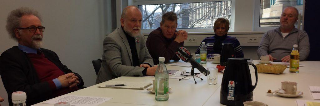 Ver.di-Gutachter Wolfgang Däubler, Ver.di-Bezirksgeschäftsführer Cuno Hägele und SSB-Betriebsräte v.li.). Foto: Uwe Roth