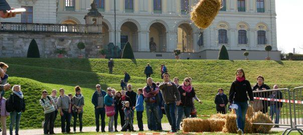 Strohballenwerfen im Schlosspark Ludwigsburg. Foto: Uwe Roth