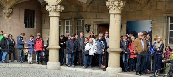 Warteschlange im Innenhof des Alten Schlosses Stuttgart vor der Schwaben-Ausstellung im Württembergischen Landesmuseum. Foto: Uwe