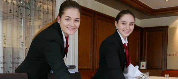 Die Auszubildenden Xenia Hipp und Jessica Lima im Hotel Adler Asperg (Landkreis Ludwigsburg). Foto: Uwe Roth