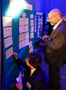 Fragen der Ludwigsburger Bürger zum Nahverkehrskonzept kommen an die Pinnwand. Foto: Uwe Roth