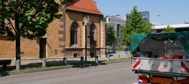 Evangelische Gesamtkirchengemeinde Stuttgart, hier die Leonhardskirche, wehrt sich gegen die kommunale Gebührenordnung für die Gehwegreinigung. Foto: Uwe Roth