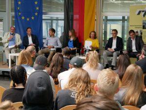 Aufmerksame Schüler verfolgen in der Aula der Franck-Schule in Ludwigsburg die Podiumsdiskussion zur Bundestagwahl 2017 mit Kommunalpolitikern. Foto: Uwe Roth