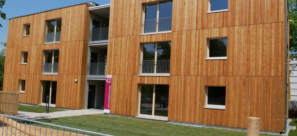 Bauträger Wohnungsbau Ludwigsburg WBL) nennt sein Pilotprojekt Cube 11 - wegen der Grundmaße von elf auf elf Meter eines Moduls. Aus der Flüchtlingsunterkunft sollen später Wohnungen mit günstiger Miete werden. Foto: Uwe Roth