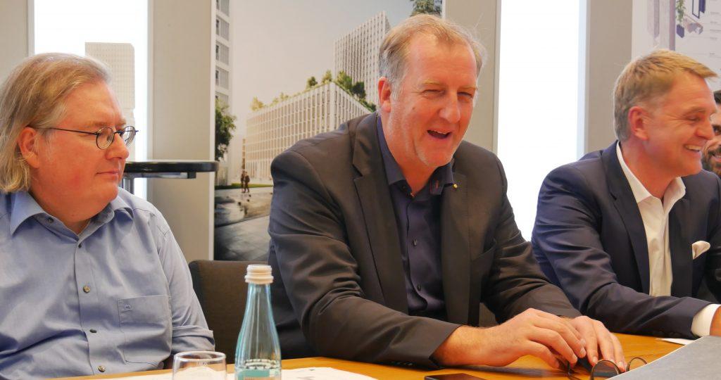 Stuttgarts Baubürgermeister Peter Pätzold, Präsident der Architektenkammer Markus Müller und Uwe Jaggy, Bereichsleiter Strabag Real Estate. Foto: Uwe Roth