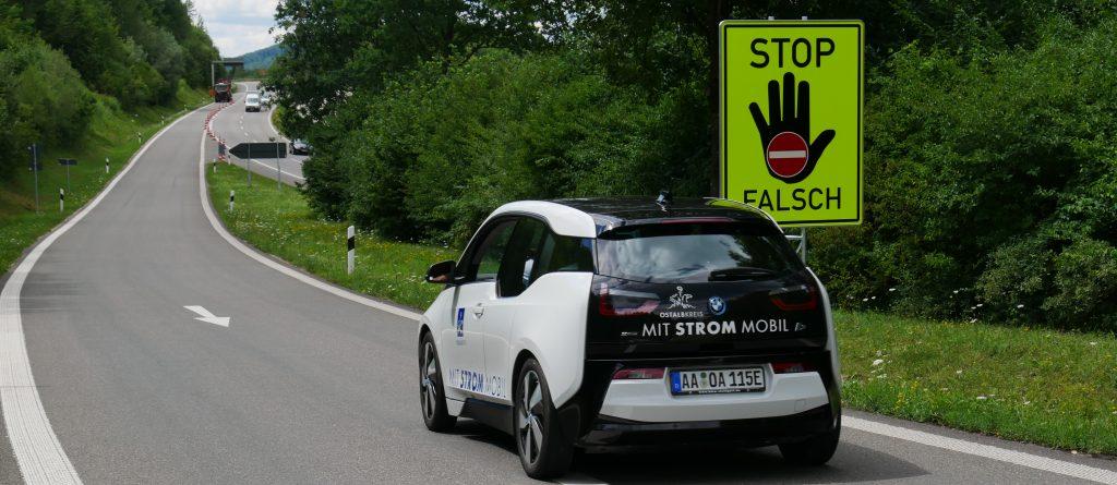 Mit einem E-Mobil des Ostalbkreises testeten der baden-württembergische Verkehrsminister Hermann (Grüne) den neu gelegten Rüttelstreifen auf der Ausfahrt Lorch-Ost der B 29. Foto: Uwe Roth
