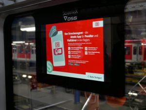 Bildschirm wirbt für den Streckenagenten der DP, der als App aufs Smartphone geladen werden kann. Foto: Uwe Roth