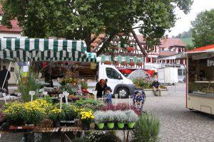 Markttag in Uhlbach, ein Teilort des Stuttgarter Stadtbezirks Obertürkheim. Foto: Uwe Roth