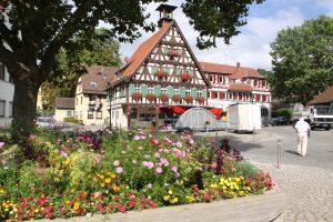 Die Ortsmitte von Uhlbach, Teil des Stuttgarter Stadtbezirks Obertürkheim, besteht aus einem historischen Gebäudeensemble. In der Mitte das alte Rathaus. Foto: Uwe Roth