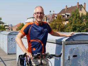 Kreisgeschäftsführer Carsten Bänfer nutzt gerne sein Rad für die Fahrt zur Arbeit. Foto: Uwe Roth