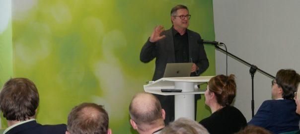 Der Kommunikationswissenschaftler Frank Brettschneider von der Universität Hohenheim beim Neujahrsempfang der Ludwigsburger Kreis-Grünen im Staatsarchiv. Er sprach über Verständlichkeit in der Sprache. Foto: Uwe Roth