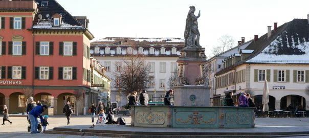 Südseite des Ludwigsburger Marktplatzes. Im Hintergrund das Rathaus. Die Figur auf dem Brunnen ist Stadtgründer Herzog Eberhard Ludwig. Foto: Uwe Roth