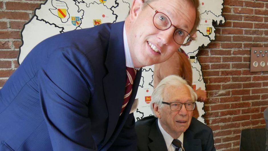 Bernhard Prinz von Baden und Historiker Hansmartin Schwarzmaier im Stuttgarter Hauptstaatsarchiv. Foto: Uwe Roth