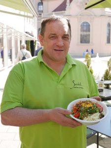 Frank Seidel bietet Insekten als Salatbeilage an. Foto: Uwe Roth