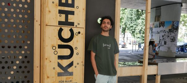 Ali Haji hat gemeinsam mit einem Kommilitonen das Stadtregal für seine Masterarbeit entworfen. Foto: Uwe Roth