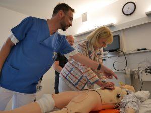 CDU-Bundestagsabgeordnete Karin Maag übt den Ernstfall Herinfarkt. Foto: Uwe Roth