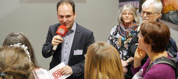 Die Stimme der Bahn, Ingo Ruff, modertiert ein Quiz auf der CMT 2020. Foto: Uwe Roth